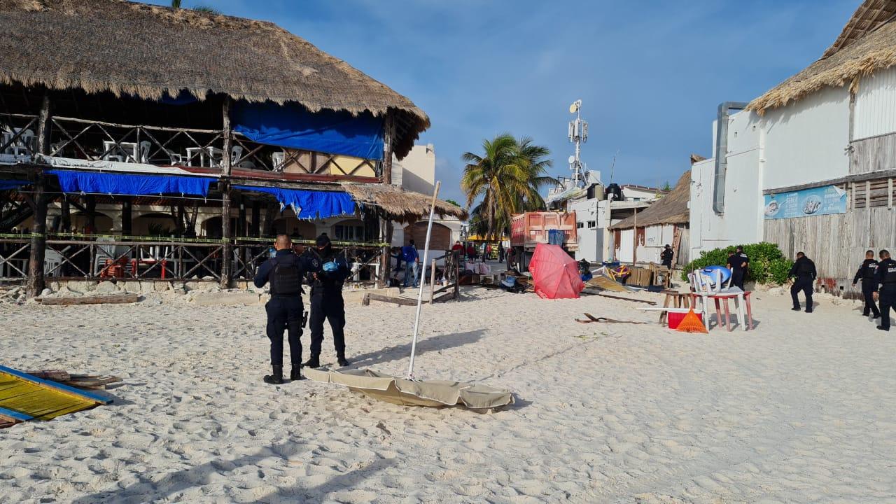 Cancún: Retiran mobiliario instalado de manera ilegal en playa Tortugas.